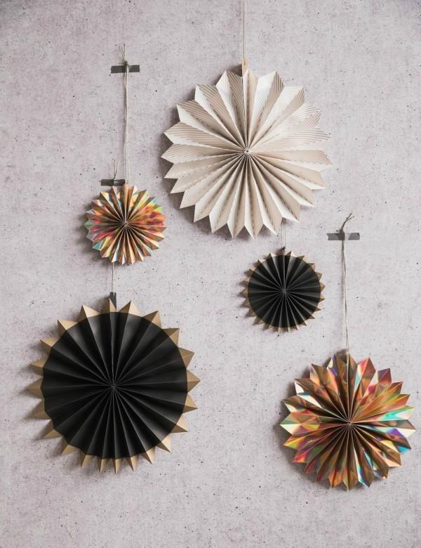 Weihnachtsbasteln aus Papier für die Anwendung als Wanddekoration