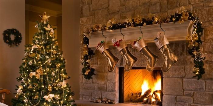 Weihnachtsdeko Ideen mit der Farbe Gold Strumpe ueber dem Kamin