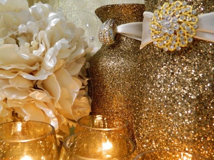 Weihnachtsdeko Ideen mit der Farbe Gold Tannenzapfen und Kugel