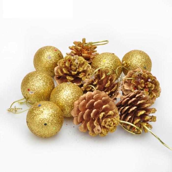 Weihnachtsdeko Ideen mit der Farbe Gold Tannenzapfen