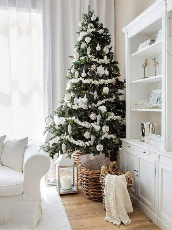 Weihnachtsdeko Landhausstil christbaum korb holzboden helle möbel