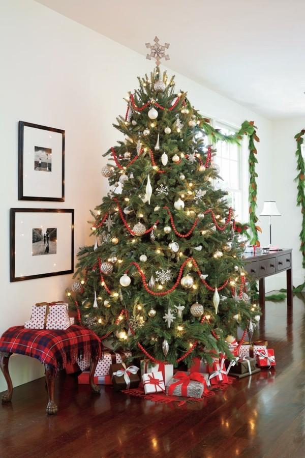 Weihnachtsdeko Landhausstil festliche atmosphäre rote akzente geschenke