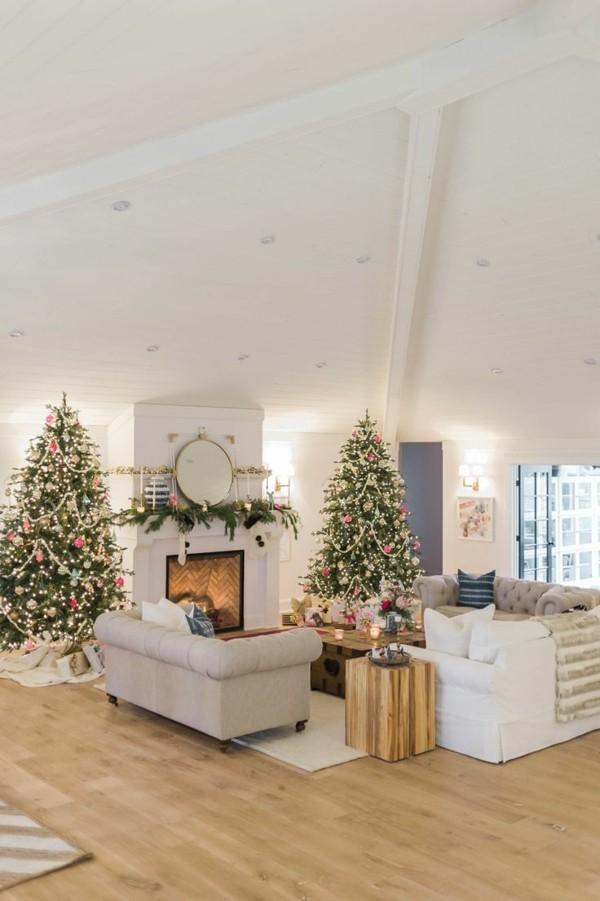 Weihnachtsdeko Landhausstil gemütliches ambiente zwei chtristbäume kamin gemütlich