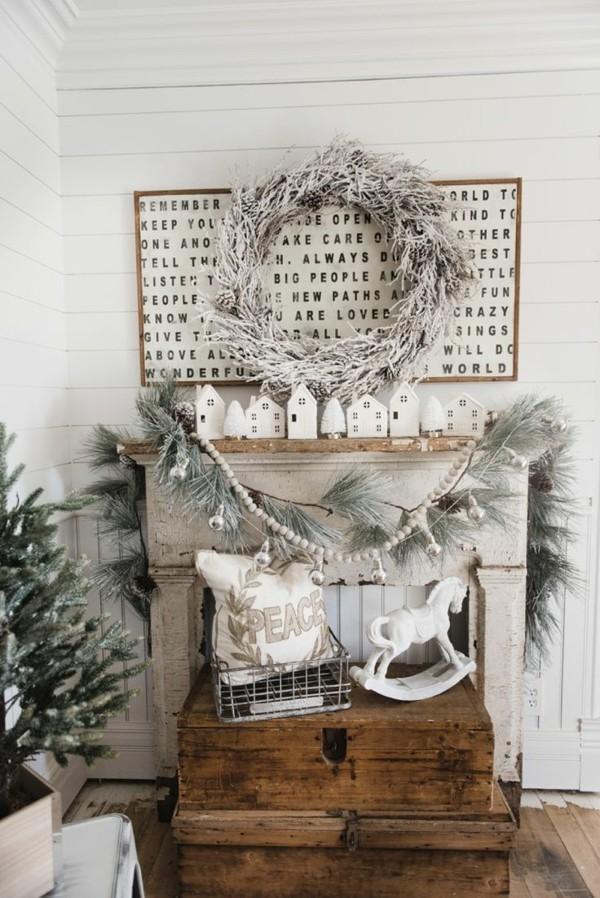 Weihnachtsdeko Landhausstil rustikale holzmöbel weiße dekoartikel