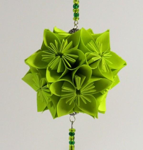 Weihnachtsdeko selber machen aus grünem effektvollen Papier