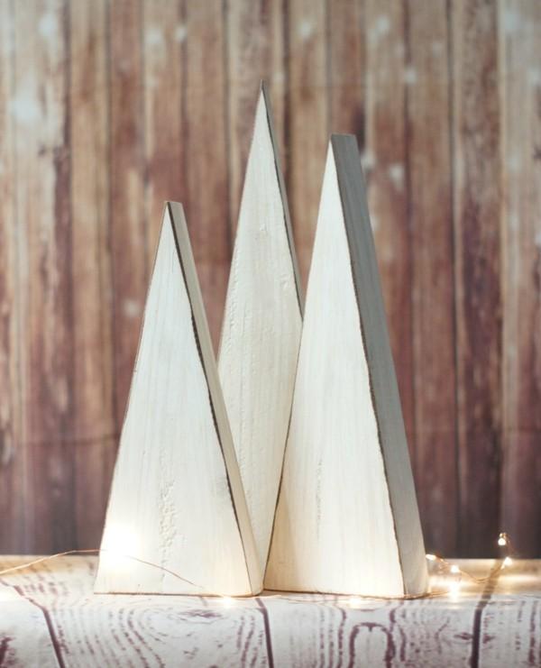Weihnachtsdekoration aus Holz in weiß