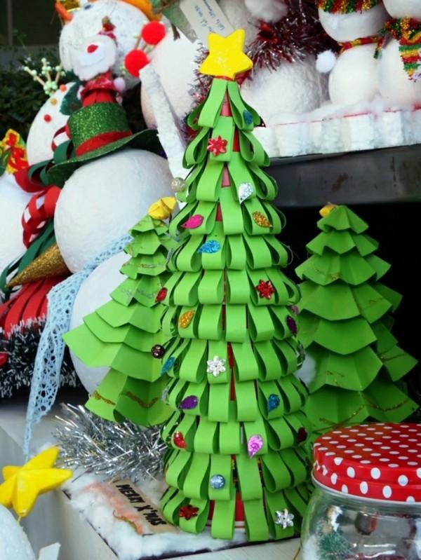 Weihnachtsdekoration selber machen aus grünem Papier