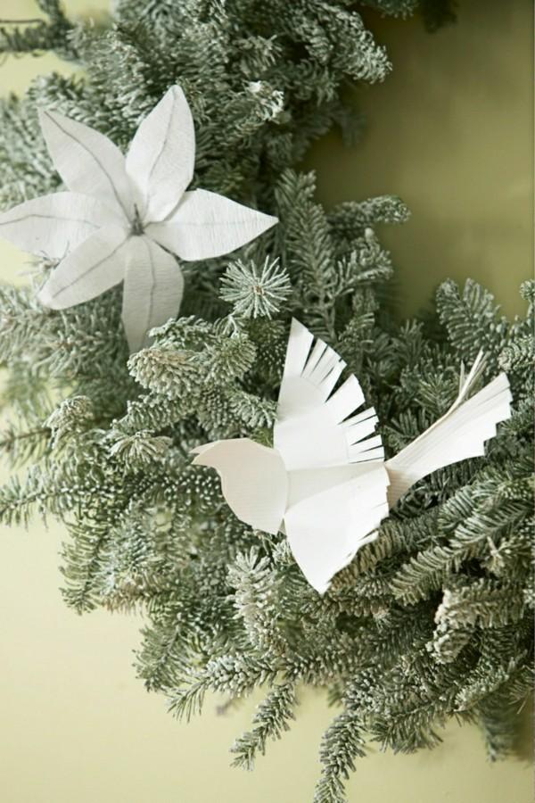 Weihnachtskranz mit Weihnachtsdeko aus Papier selber machen