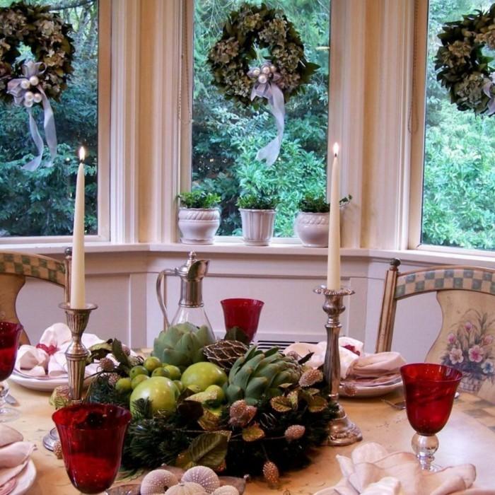 Zantralstück in der Tischdekoration mit Eicheln und anderen Naturmaterialien