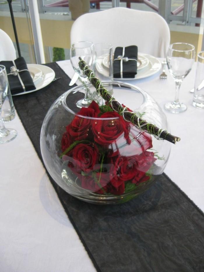 Zentralstück für die Tischdekoration mit Rosen und Stäbchen