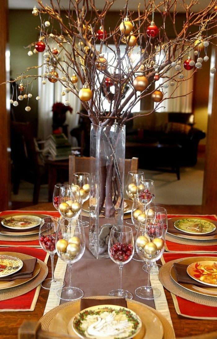 Zweige in einer Vase als Tischdekoration