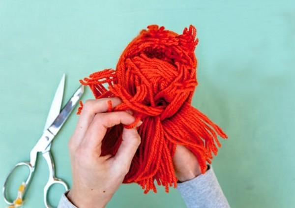 auseinandernehmen der enden der fäden pompom basteln