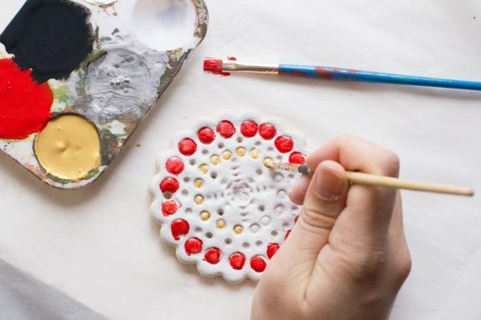 basteln mit salzteig dekoanhänger farbig streichen