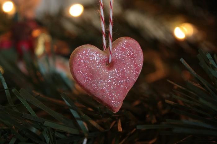 basteln mit salzteig rosa herz christbaumanhänger
