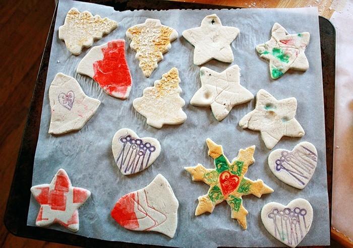 basteln mit salzteig weihnachtliche motive farbig gestrichen