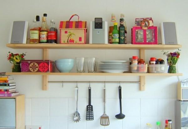 bunt eingerichtete küchenregale