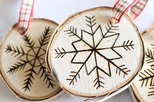 deko mit holzscheiben selber machen christbaumschmuck schneeflocken