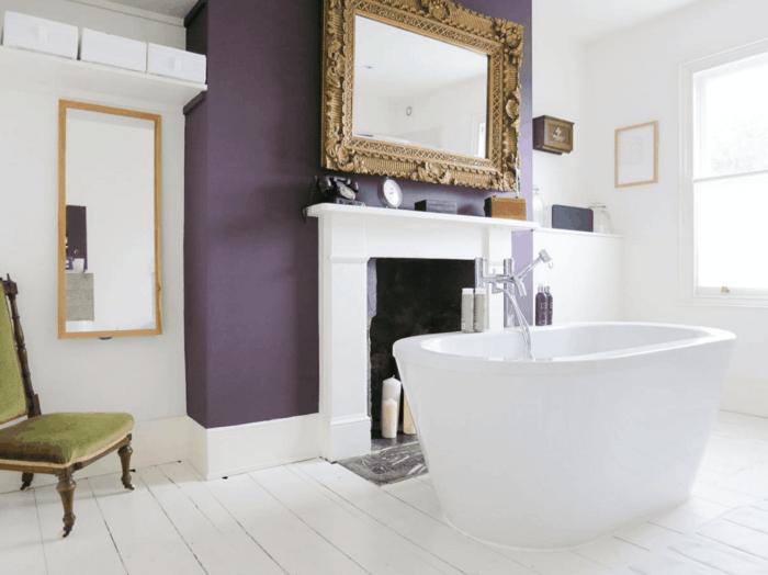 die farbe lila badezimmer akzentwand freistehende badewanne dielenboden