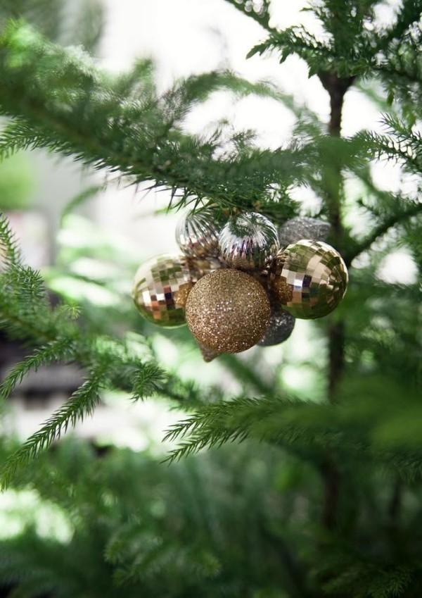 goldener schmuck weiohnachten tannenbaum