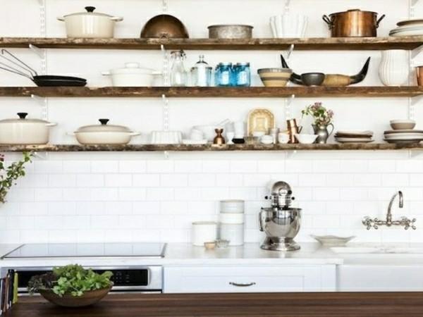 holz offene küchenregale vor weißer rückwand