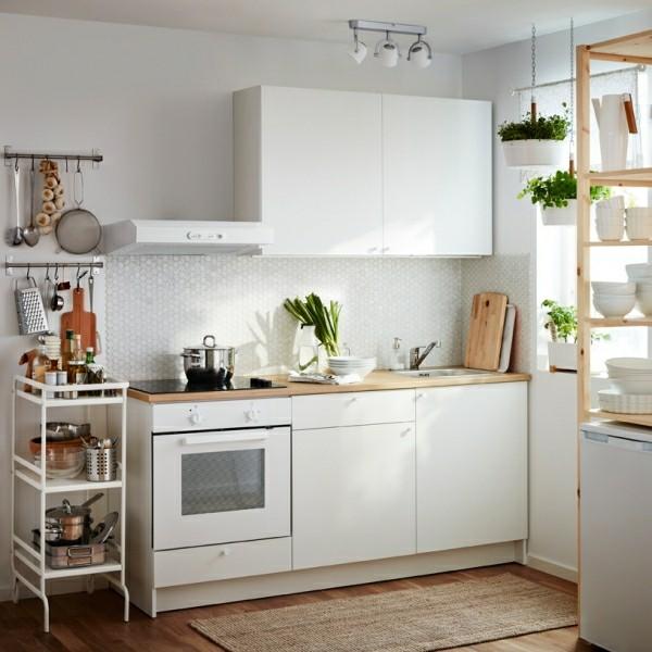 küchennische mit küchenobeschränken und einem offenen regal