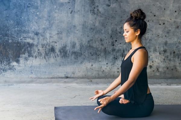 meditation yoga was hilft gegen rückenschmerzen