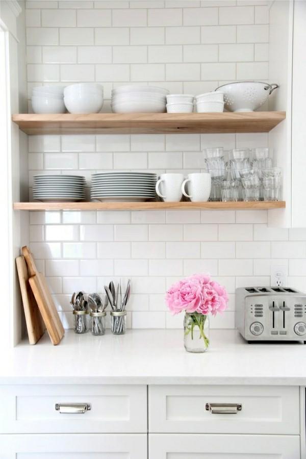 offene küchenregale braun vor einer weißen wand