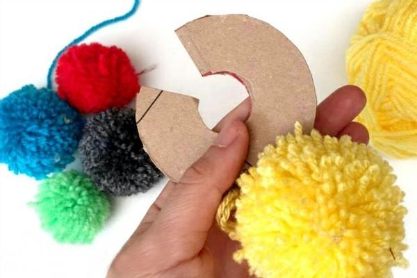 pompons basteln mit kleinen kartons