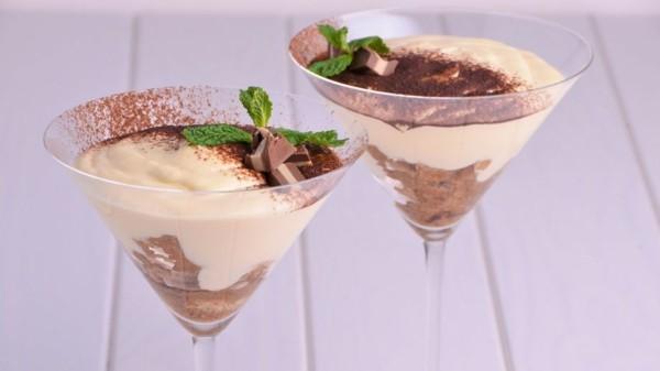 sektgläser dessert tiramisu im glas kakaopulver minze