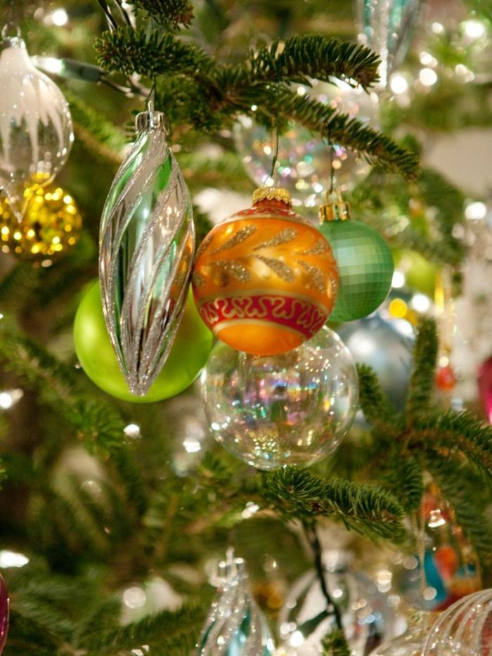 tannenbaum schmuecken deko ideen weihnachtsschmuck bunte kugel