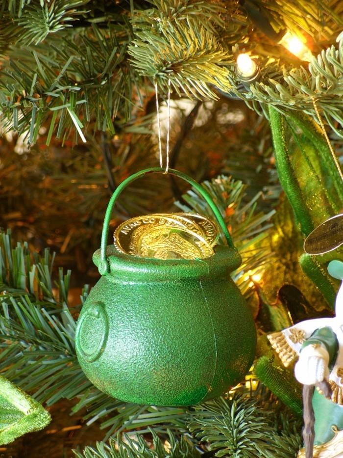 tannenbaum schmuecken deko ideen weihnachtsschmuck fass mit gold