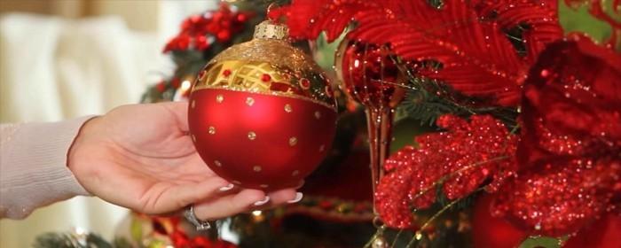 tannenbaum schmuecken deko ideen weihnachtsschmuck rot kugel