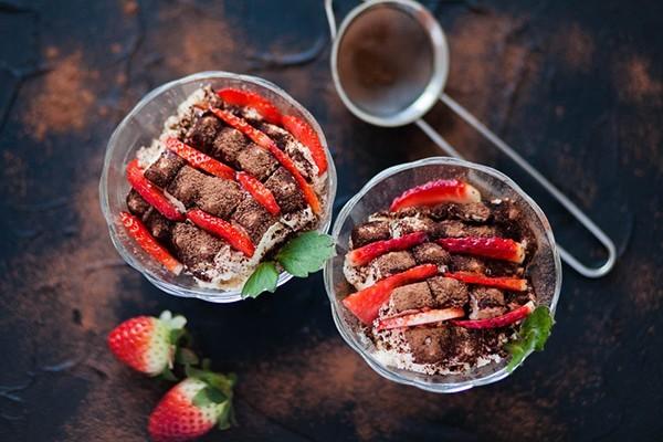 tiramisu im glas anrichten mit erdbeeren