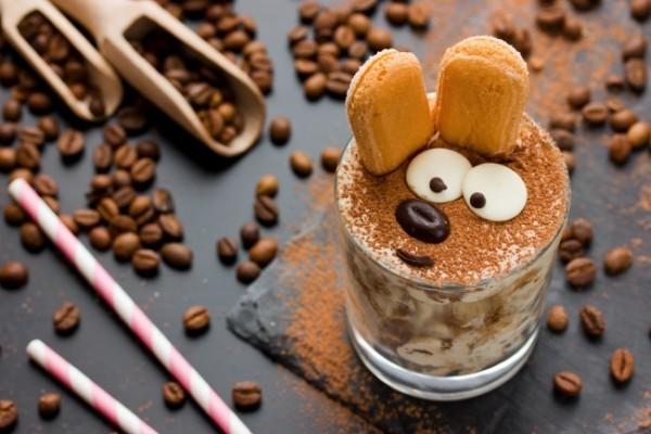 tiramisu im glas garnieren mit löffelbiscuits kaffeebohnen und kakaopulver