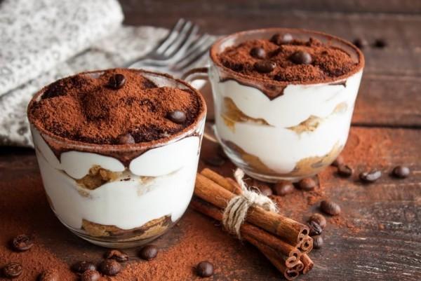 tiramisu im glas kaffeebohnen und zimt