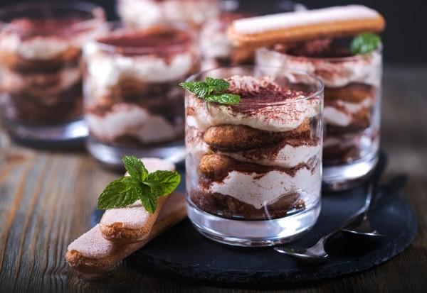 tiramisu im glas mit mascarpone und minzblättern