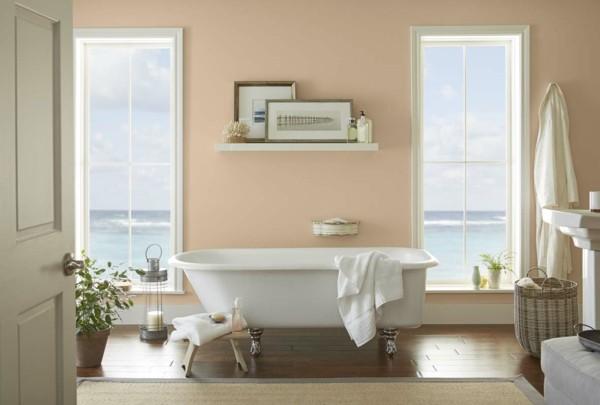 Wandfarbe Apricot Badezimmer Weiße Badewanne Korb Sisalteppich   Копие