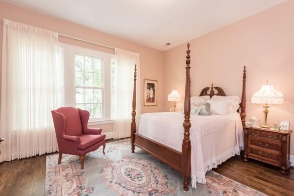 wandfarbe apricot gemütliches schlafzimmer himmelsbett roter sessel