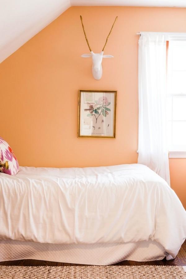 wandfarbe apricot weiße bettwäsche schlafzimmer dachschräge