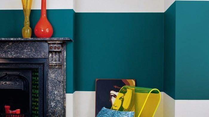 wandfarbe petrol moderner wohnbereich gelber transparenter sessel kamin