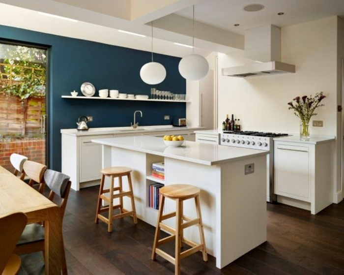 wandfarbe petrol offene küche weiße kücheninsel