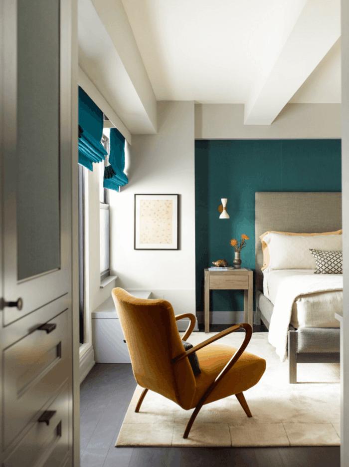 wandfarbe petrol schlafzimmer akzentwand heller teppich