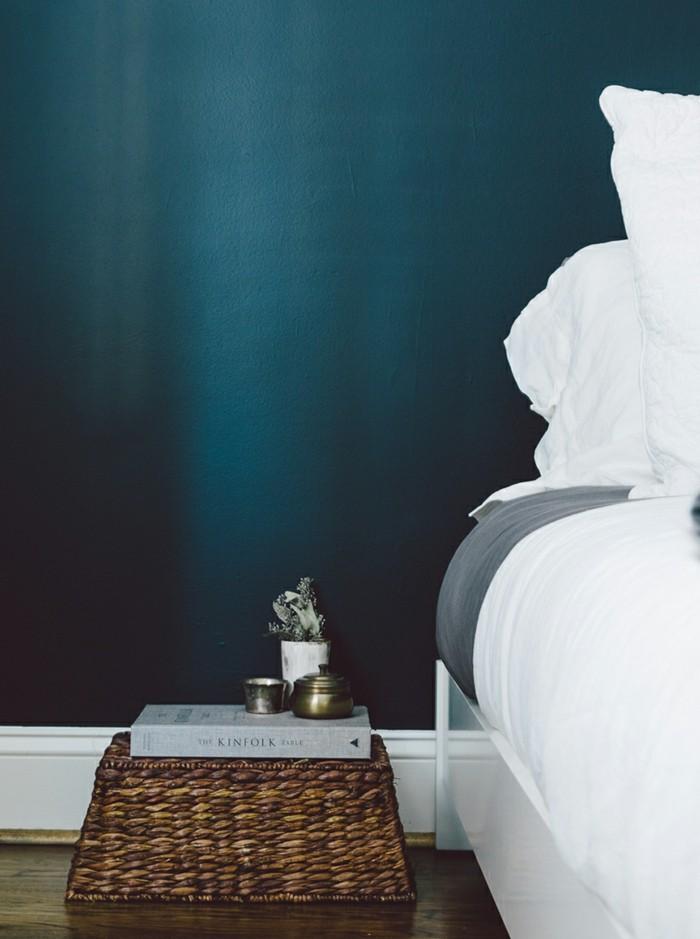 wandfarbe petrol weiße bettwäsche schlafzimmer cooler nachttisch