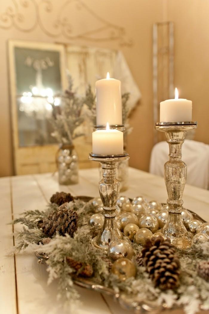 weihnachtliche tischdekoration in gold und silber