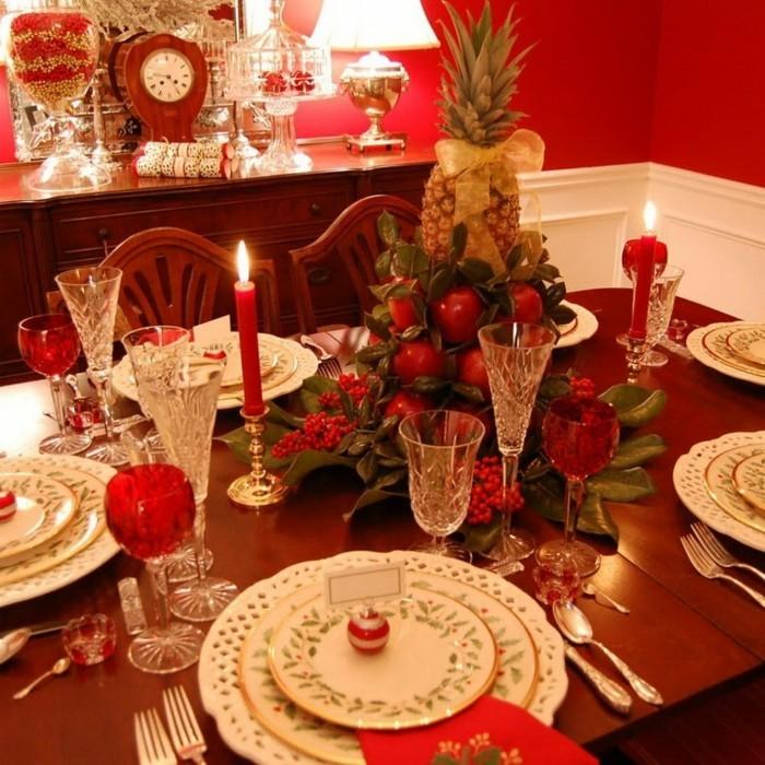 weihnachtliche tischdekoration mit einem zentralstück äpfel
