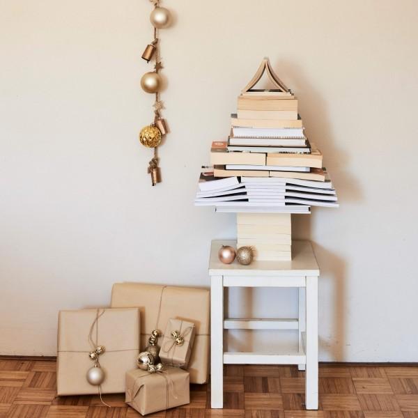 weihnachtsbaum basteln bücher beistelltisch