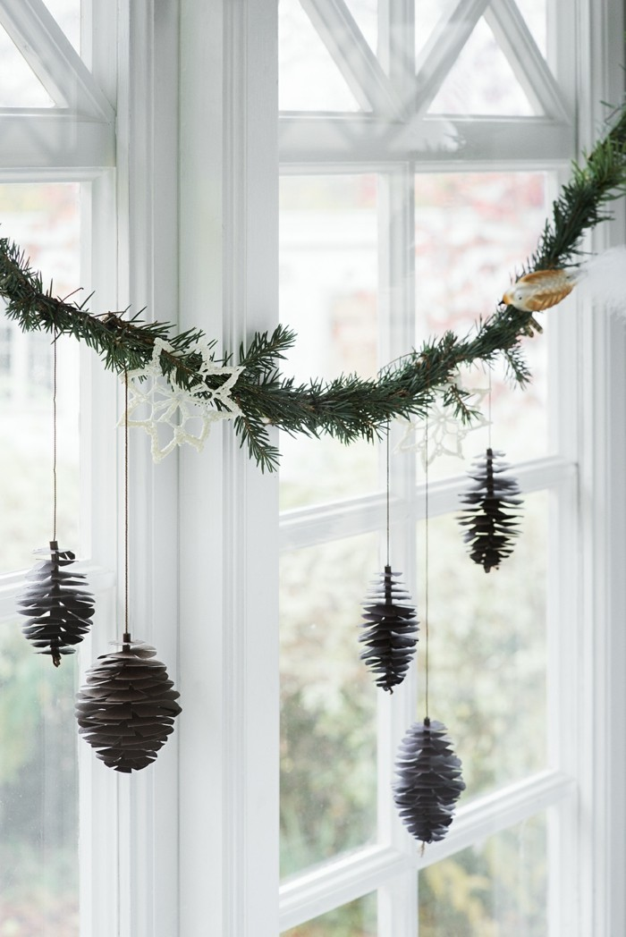weihnachtsdeko fenster dekoideen mit tannenzapfen dekogirlande