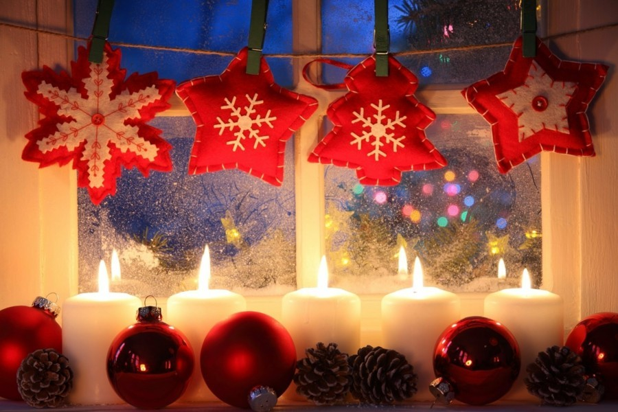 weihnachtsdeko fenster gemütliche atmosphäre schaffen kerzen filz girlande