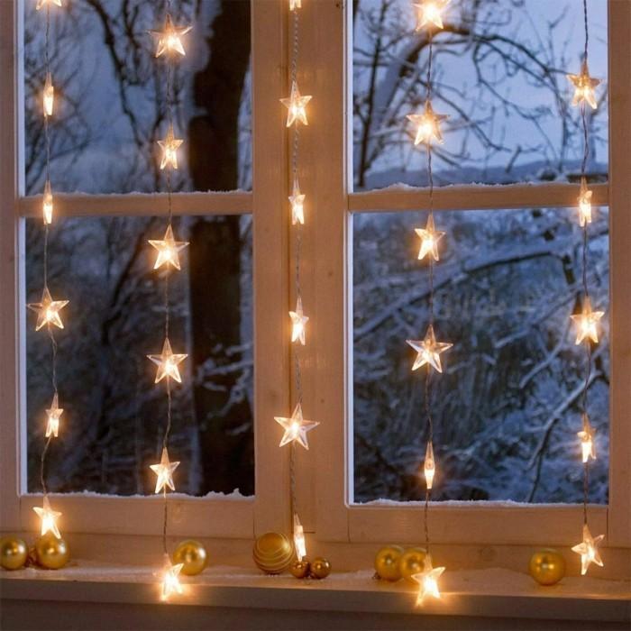 weihnachtsdeko fenster lichterketten weihnachtskugeln