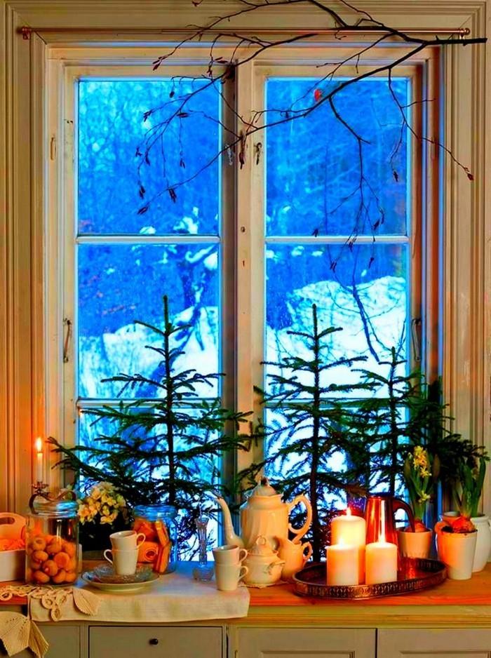 weihnachtsdeko fenster reichliche fensterdeko tannenäste kerzen